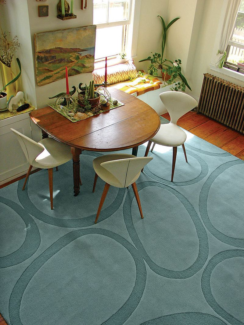 Netradičné usporiadanie v jedálni necháva koberec presvitať