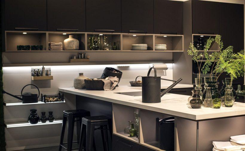 Under skap LED stripe lys er en populær trend i contemporarry kjøkken