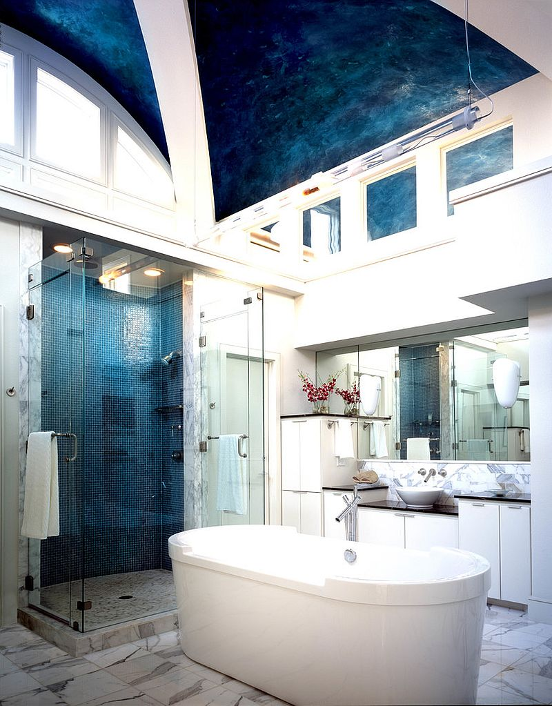 El diseño único del techo añade color y estilo al baño