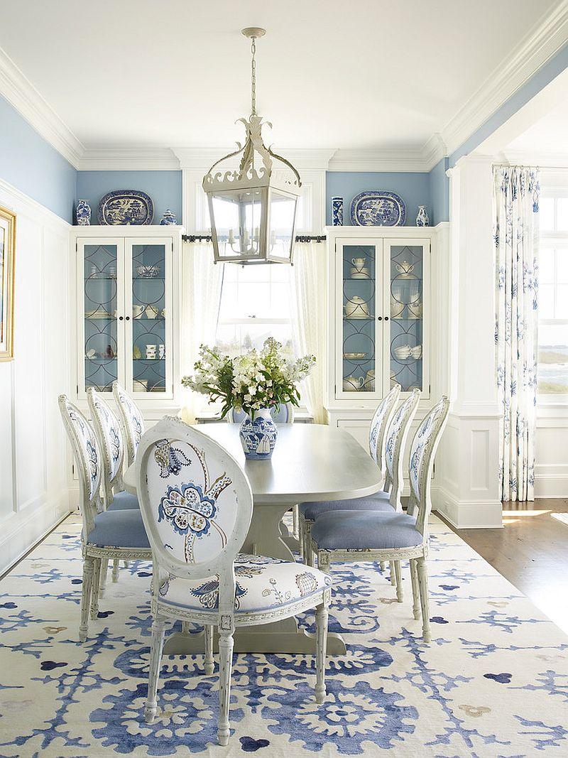 Biely a modrý koberec doplňuje plážový štýl jedálne dokonale