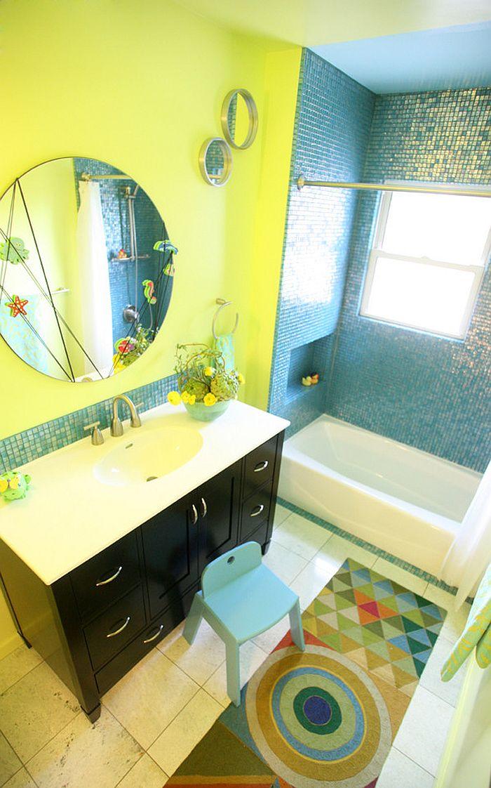 Jaune et bleu créer une salle de bains colorée et les enfants modernes
