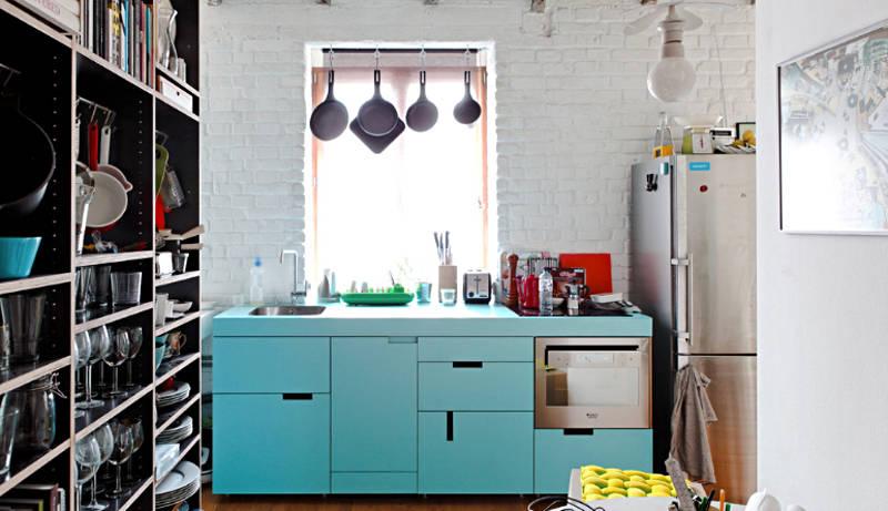 Kreatív felhasználása a nem-konyha könyvespolc és horgok adhat rengeteg hely egy kis lakásban a konyha.
