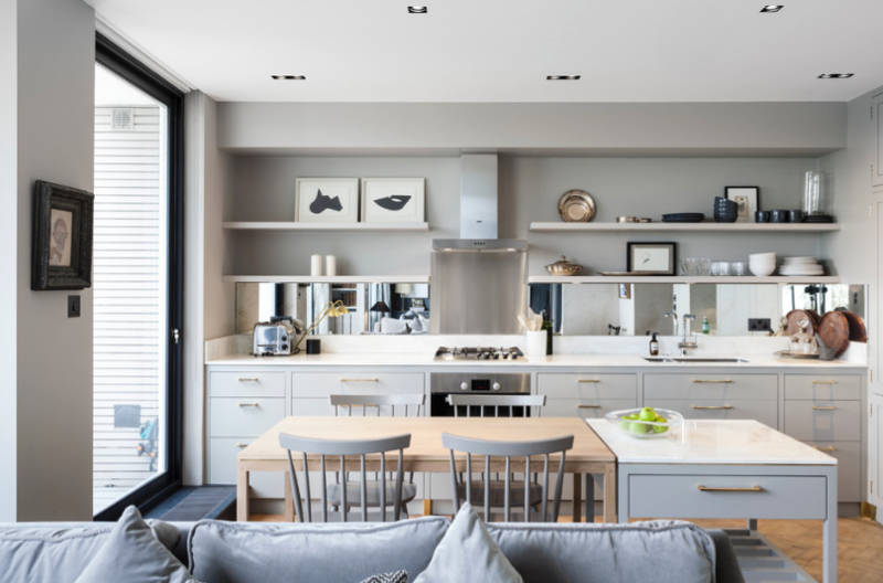 Lägg flytande hyllor till köksväggen för att flytta objekt utanför disken och på väggarna.