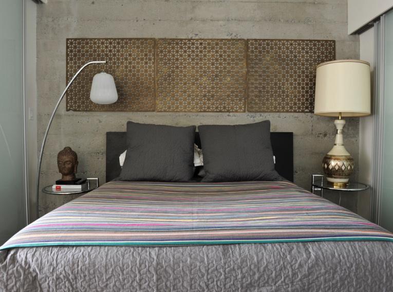 Vintage messing metal riste tilføje eklektisk stil til dette soveværelse.
