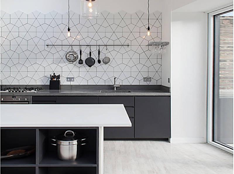 Kis konyhai edény, serpenyő, eszközök tárolása a falon.