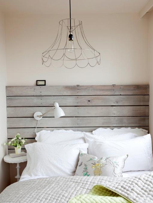 tábuas rústicas de madeira para fazer um lugar único para descansar a cabeça.