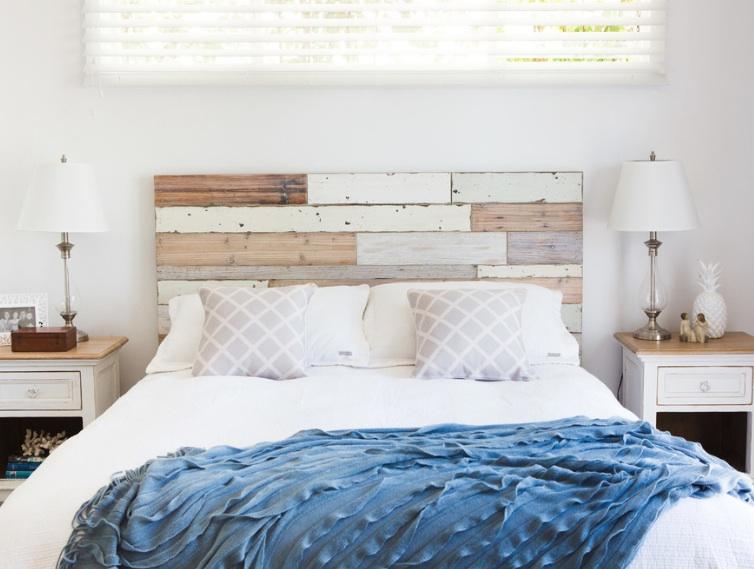 Maľované a lúpanie drevené podlahy pridať uvoľnenú atmosféru.