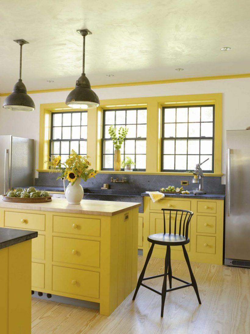 Bright Yellow Kitchen S mastku a Butcher Block Desky
