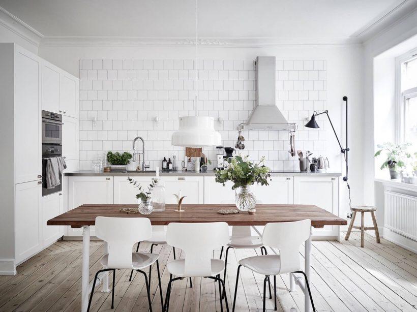 ľahká drevená podlaha biela tehla škandinávska kuchyne