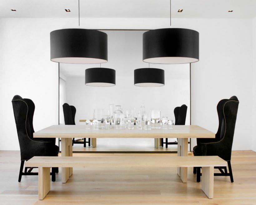 luz mesa e chão de madeira preto e branco da sala de jantar