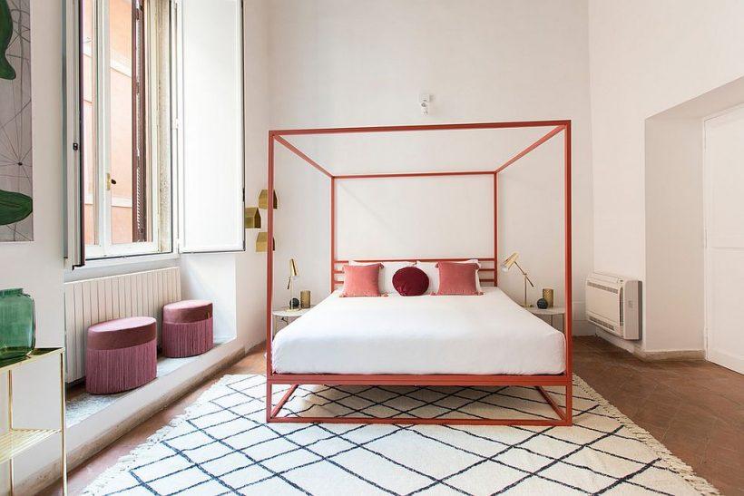 Senso di classe e di tendenza di aggiungere corallo e sfumature di rosa alla camera da letto contemporanea