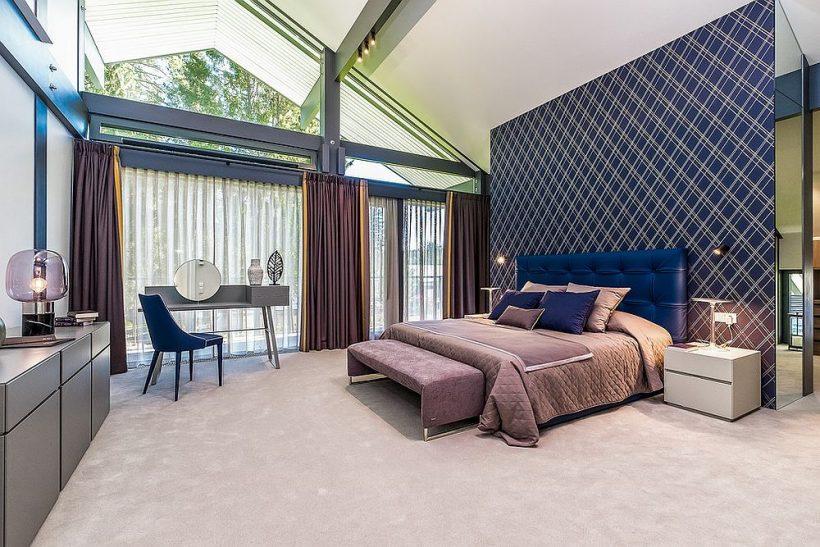 Nádherná moderní ložnice s fialovým pelest stěny, závěsy a brilantní POPs modrého všude kolem