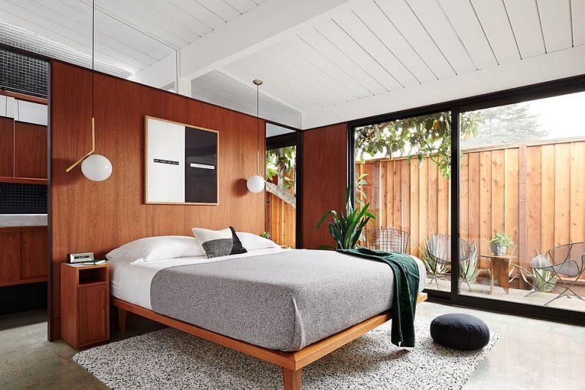 Зелень зовні додають свіжості в цю спальню в білому і дереві